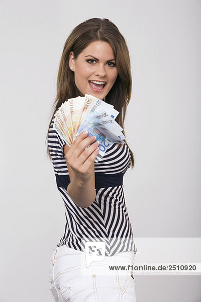 Junge Frau mit Geld  Porträt