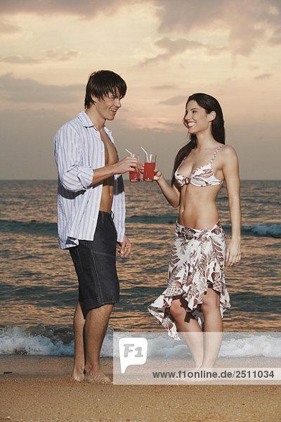 Asien  Thailand  Junges Paar beim Trinken  Portrait