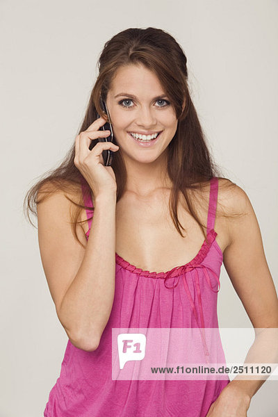 Junge Frau am Telefon  Porträt