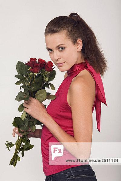 Junge Frau mit Rosenstrauß