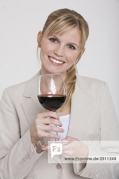 Junge Frau mit einem Glas Rotwein  Portrait