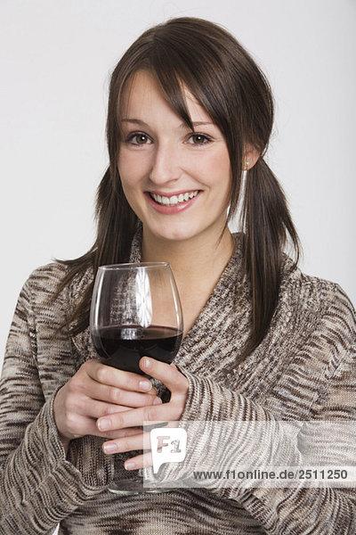 Junge Frau mit einem Glas Rotwein
