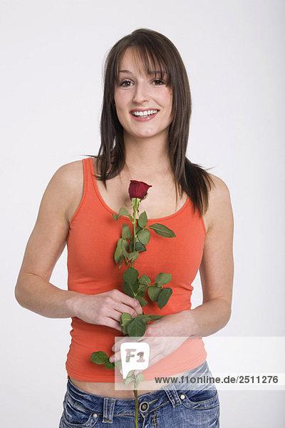 Junge Frau hält Rose