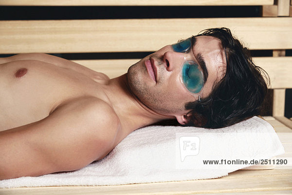 Mann entspannt sich in der Sauna