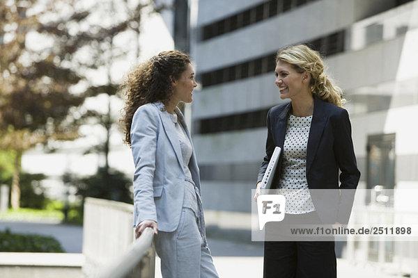 Zwei Geschäftsfrauen  die eine Pause machen.