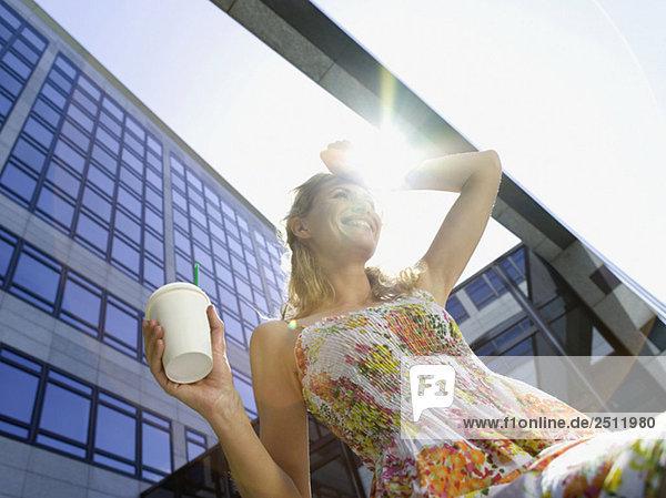 Junge Geschäftsfrau  die eine Pause einlegt  Kaffee trinkt  Blickwinkel niedrig