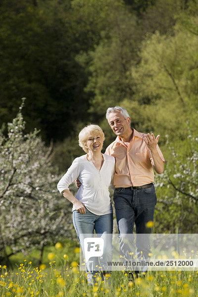 Deutschland  Baden Württemberg  Tübingen  Seniorenpaar zu Fuß in ländlicher Landschaft