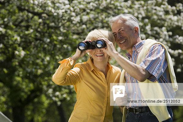 Deutschland  Baden Württemberg  Tübingen  Seniorenpaar  Seniorin durchs Fernglas schauend