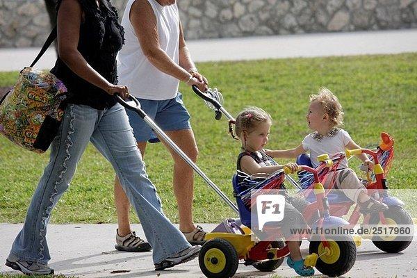 Florida  Miami Beach  Lummus Park  Kleinkinder  Dreiräder  gedrängt  schwarz  Kindermädchen  Großmutter  Kinderbetreuung  Babysitter  outdoor
