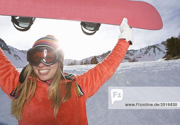 Mädchenlifting Skiboard  lächelnd