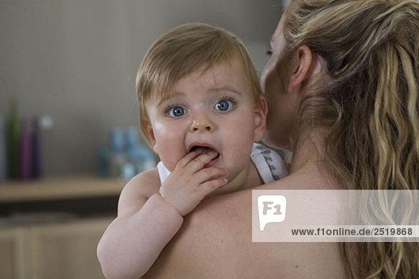 Mutter hält Baby über die Schulter