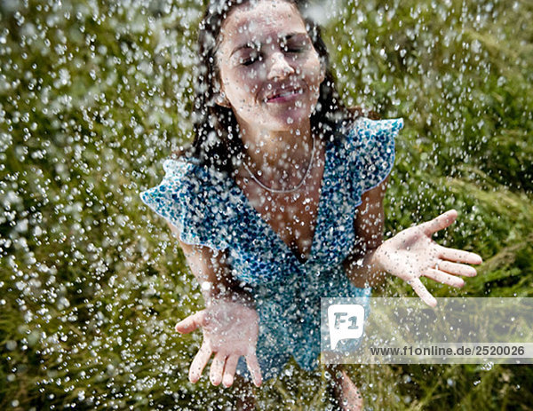 Frau im Regen stehend