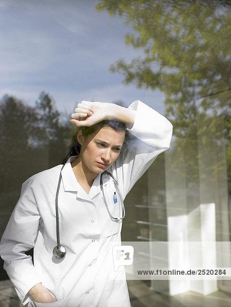 Junge Ärztin am Fenster