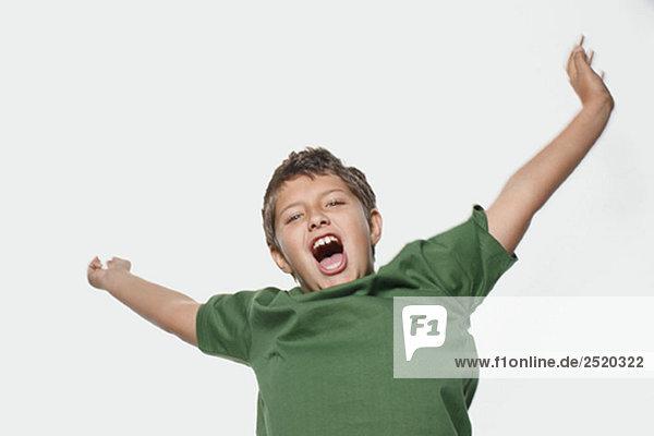 Junge springend und schreiend