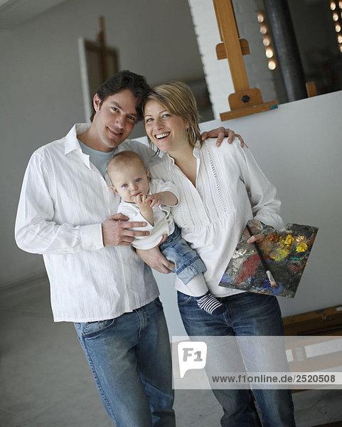 Familie posiert im Atelier