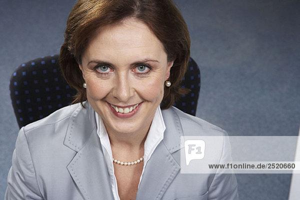 Porträt einer reifen Geschäftsfrau  lächelnd