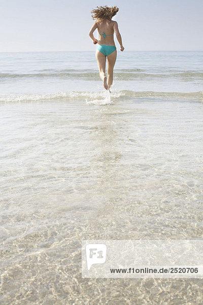 Frau  die ins Meer rennt