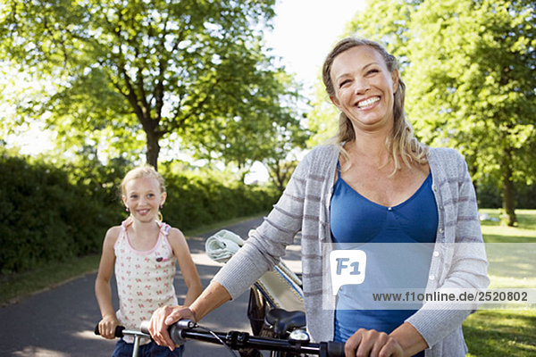 Mutter und Tochter mit Fahrrad
