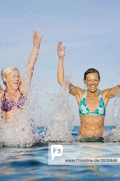 2 Frauen  die im Wasser planschen