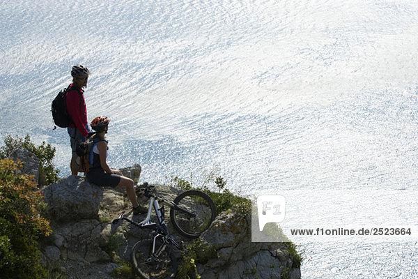 Zwei Mountainbikefahrer ruhen sich aus  fully_released