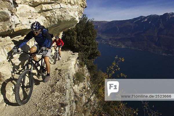 Zwei Fahrradfahrer an einem felsigen Abgrund  fully_released