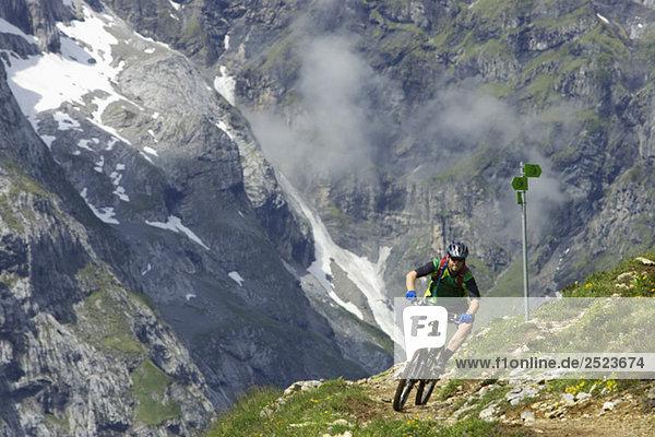 Fahrradfahrer in Bergkulisse  fully_released