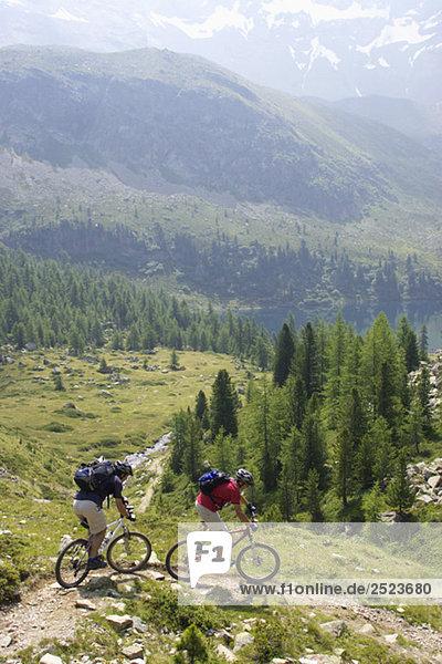 Zwei Fahrradfahrer in den Bergen  fully_released
