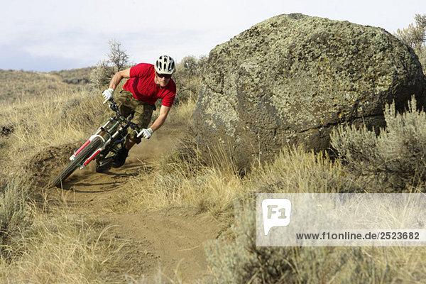 Downhillfahrer fährt um die Kurve  fully_released