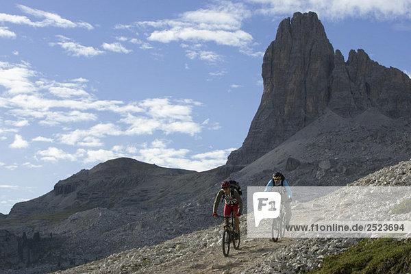 Zwei Mountainbikefahrer fahren einen felsigen Berg hinunter  fully_released