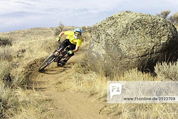 Downhillfahrer fährt eine scharfe Kurve  fully_released