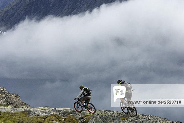 Mountainbikefahrer vor einer Nebelwand  fully_released