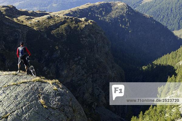 Mountainbikefahrer genießt die Aussicht  fully_released