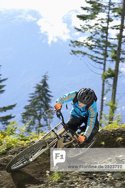 Downhillfahrer fährt eine Kurve  fully_released