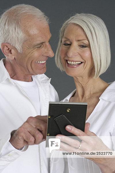 Altes Paar schaut ein Bild an  fully_released