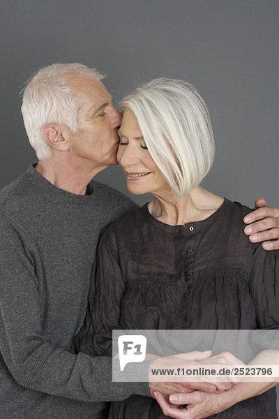 Altes Paar küsst sich  fully_released