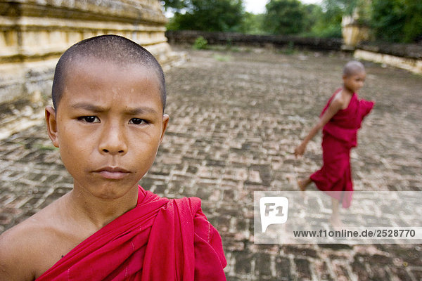 Junge birmanischen Mönche außerhalb eines Tempels  Bagan  Myanmar
