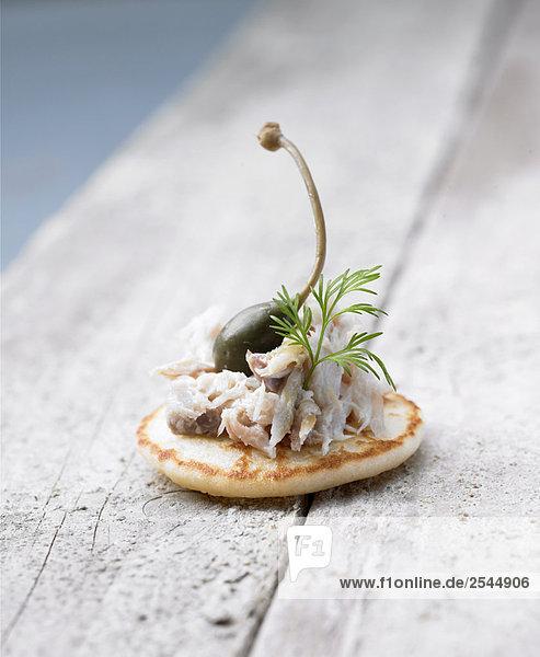 Mini Blini mit Makrele Rillettes und Kapern