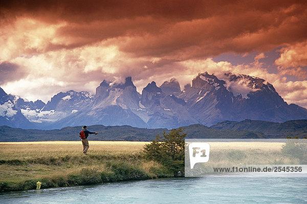 Mann fliegenfischend am River Nationalpark Torres del Paine Patagonien Chile