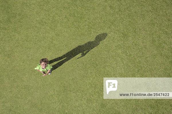 Boy stehen im Gras Nachschlagen