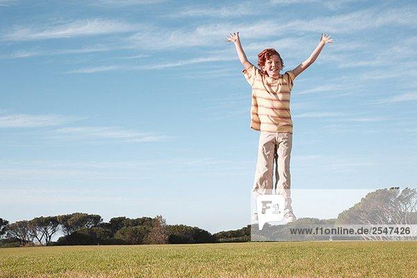 Boy springen in der Luft