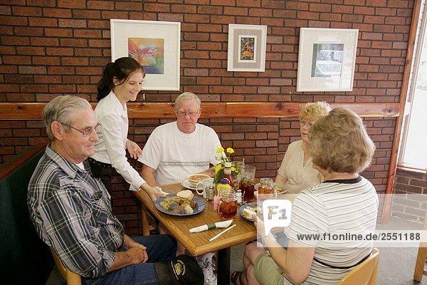 Arkansas  Pocahontas  Historic Old Courthouse Square  Grüne Tomaten Cafe  Restaurant  Mann  Männer  weiblich  Frauen  Paar  Kunden  Essen  Speisen  Essen  Stand  Küche  casual  entspannt  Senior  Kellnerin