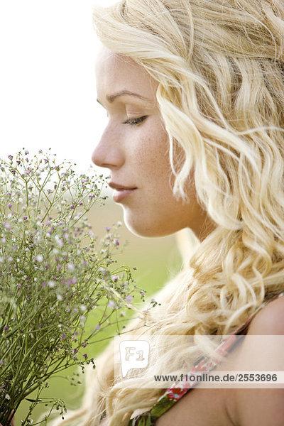 Porträt einer jungen Frau mit einem Blumenstrauß Porträt einer jungen Frau mit einem Blumenstrauß