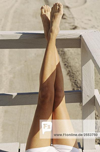 Beine einer jungen Frau im Freien liegend  Sonnenbaden Beine einer jungen Frau im Freien liegend, Sonnenbaden
