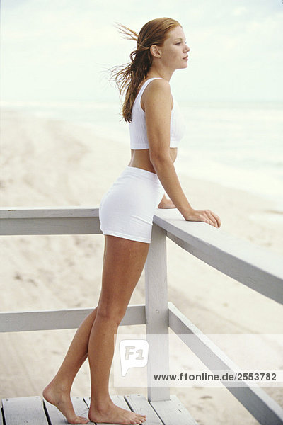 Junge Frau auf dem Balkon  am Meer