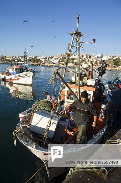 Fischer auf Boot im Hafen  Lagos  Algarve  Portugal