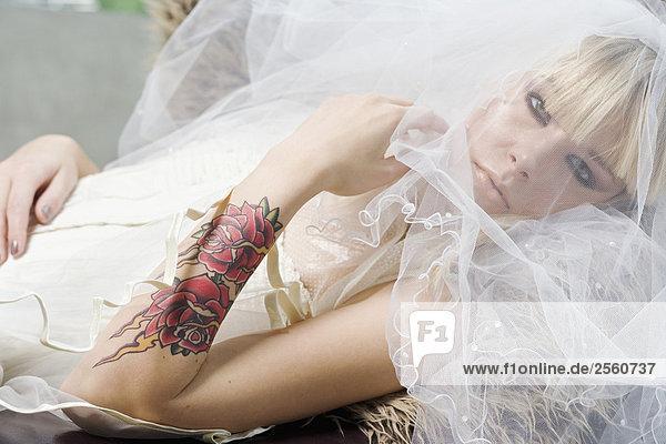 Braut mit tattoo auf unterarm stock fotografie bildagentur