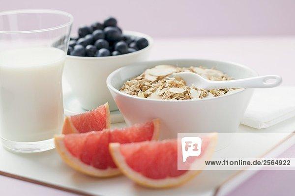 Müslizutaten: Cerealien  Joghurt  Heidelbeeren  Grapefruit