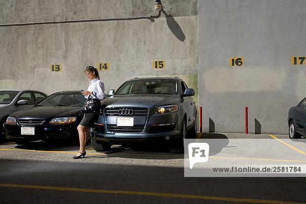 Handy angelehnt benutzen Frau Auto