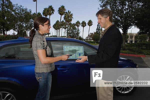 Kunden Schlüsselübergabe Auto zurück zum Verkäufer