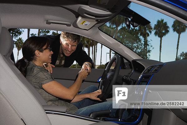 Verkäufer Ergebnis neues Auto zu Frau